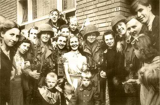 Soldaten verbroederen met de gewone bevolking, 18 september 1944, Eindhoven