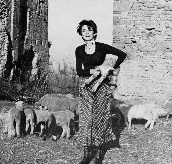 Audrey Hepburn Dotti fotografiado por Henry Clarke para la revista Vogue, en su villa cerca de Roma (Italia), en febrero de 1971.  -Audrey llevaba creaciones de Givenchy Nouvelle boutique (una falda azul marino con lunares blancos y azul marino, blusa acanalada jersey de seda, de la colección para la primavera / verano de 1971), collar de Givenchy (de la colección para la Primavera / Verano de 1971) y Charles Jourdan botas de cuero.  Notas: La foto publicada en .