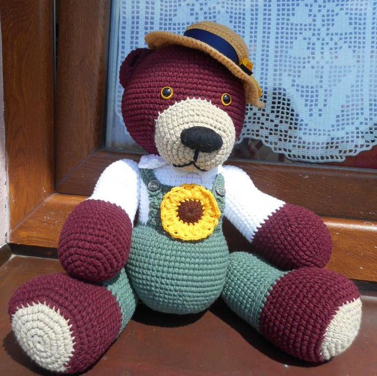 Méďa Trávníček Háčkovaná hračka-medvídek-zahradník vyplněná PES kuličkami-rounem. Medvídek je uzpůsoben pouze k sedu a takto měří i s klouboukem cca 30 cm. Kloubouk je přišitý, nelze sundat. Oči jsou bezpečnostní. Lze jej šetrně vyprat.