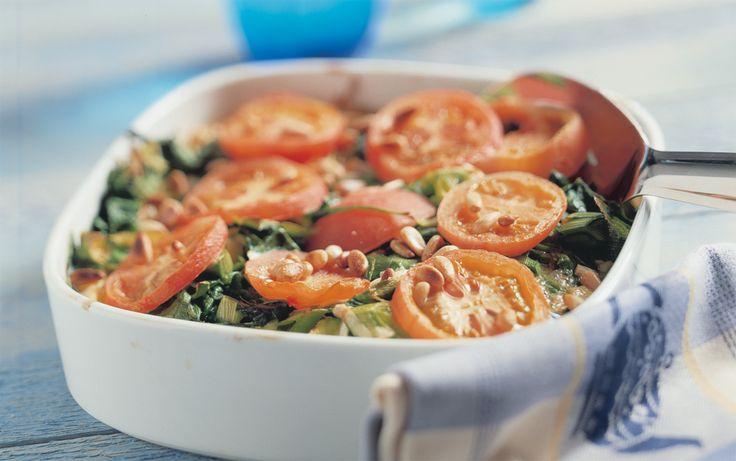 Spinazie met prei, eieren en tomaat uit de oven