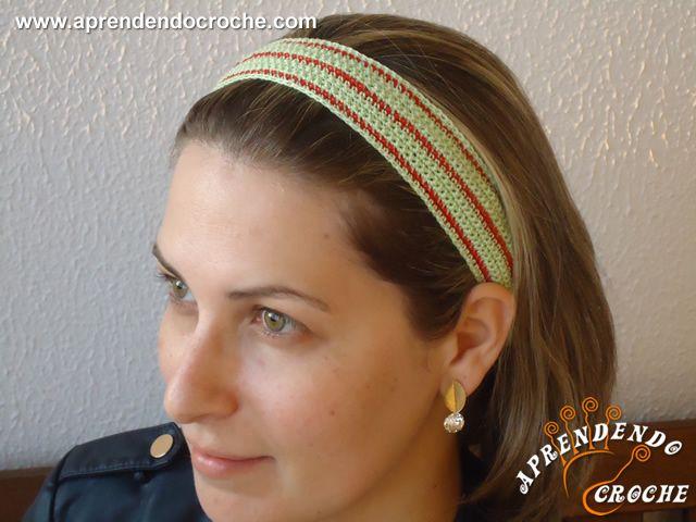 Faixa de Cabelo Crochê Differenza-Aplicação Lástex - Receita de Croche com o Passo a Passo no Link http://www.aprendendocroche.com/receitas-de-croche/video-aula.asp?resid=1321&tree=17