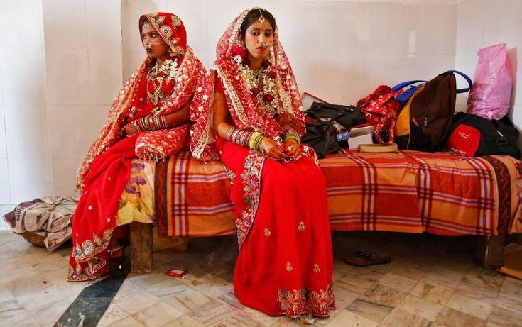 INDIA - Ogni generazione tramanda le regole non scritte dei «Solah Shringar», che liberamente tradotto significa «i sedici passi per la bellezza di una donna». La sposa indiana è coperta dalla testa ai piedi con sedici tipi di ornamenti, un simbolo di femminilità legata alla dea Lakshmi, dea della bellezza, della fertilità e della prosperità nella cultura indù