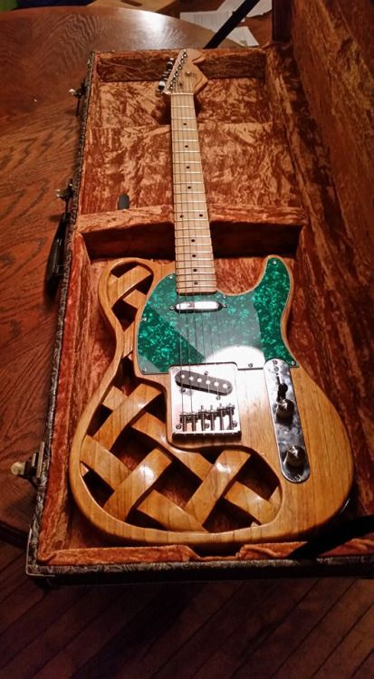 La Weave Tele, une création originale du luthier Michael Bouford. Retrouvez des cours de guitare d'un nouveau genre sur MyMusicTeacher.fr