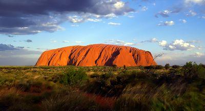 Uluru (Australia). Ayers Rock en inglés, Uluru en aborigen, en cualquier caso, uno de los parajes más bellos del planeta. Situada a 400 km de Alice Springs, en el centro-norte de Australia, esta formación de arenisca es un lugar único. Sus 350 metros de alto y más de 9 km de contorno se vuelven de color rojizo cuando llega el atardecer.