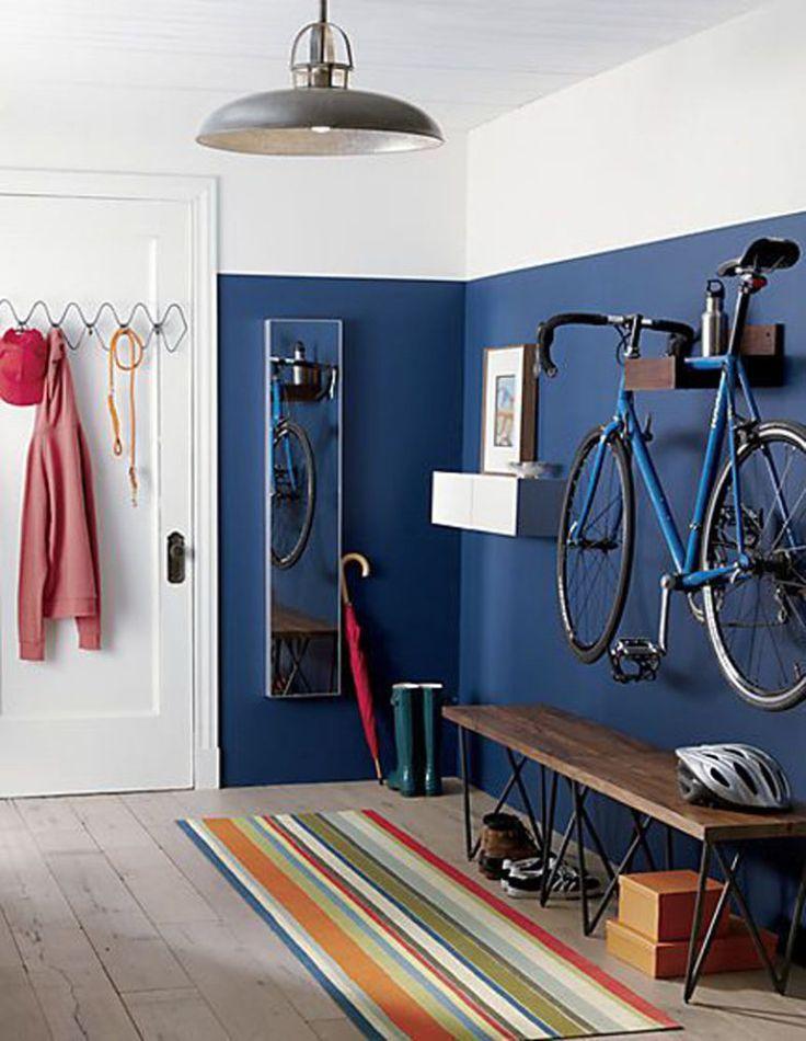 Delimitado pela cor azul marinho, este ambiente inclui uma solução para o meio de tranporte do morador - a bicicleta fica pendurada por suportes na parede
