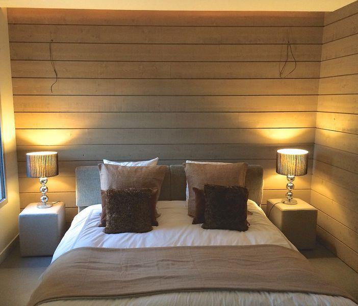 Habiller les murs de sa chambre avec du bois brut voil la bonne id e de not - Habillage mur en bois ...