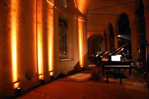 Manuel Felisi, Vinicio Capossela e la pioggia. Fra musica e arte contemporanea, spettacolo a Milano per Piano City alla Rotonda della Besana. E anche fuori…