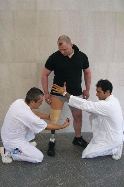 Vigorso di Budrio festeggia 50 anni: Tecnico ortopedico e fisioterapista al lavoro con un paziente.