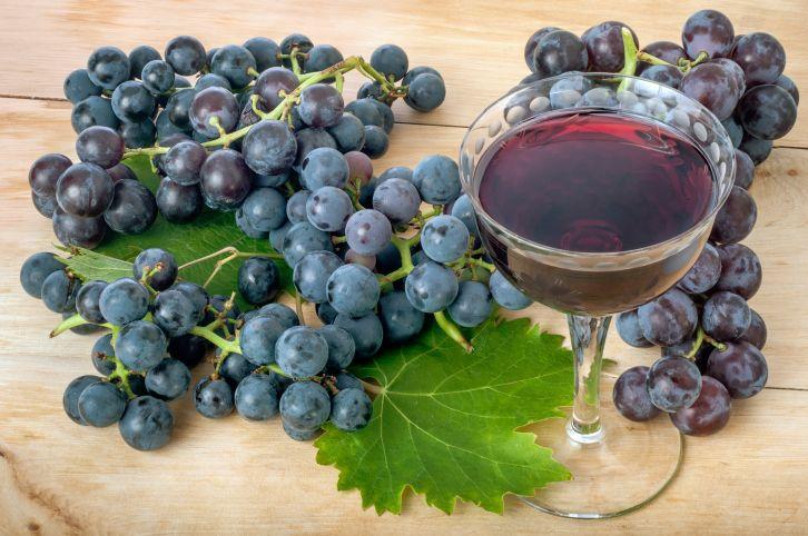 Además de sus famosas propiedades como antioxidante, un estudio de California revela ahora que el antioxidante del vino tinto ayuda a combatir las bacterias que causan el acné.