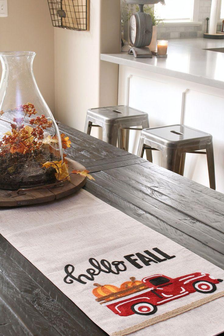 Herbstliche Dekoideen für die Küche. Das ist so ein süßer Farmtruck-Tischläufer!   – Fall decor