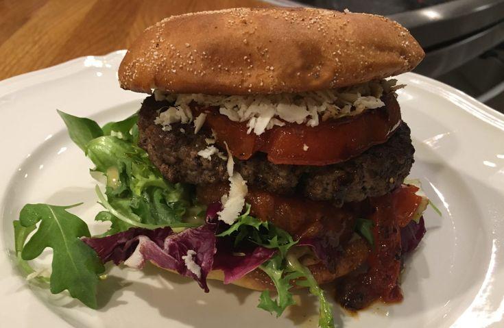En Bookmaker Burger är precis vad det låter som. Det är en klassisk Bookmaker Sandwich som har blivit en hamburgare. Receptet är detsamma, men biffen är utbytt mot en hamburgare och brödet mot hamburgerbröd. I övrigt är ingredienserna desamma. Eftersom det är malet kött och hamburgerbröd så är det stora skillnaden konsistensen. Vilken man gillar bäst är en smaksak.   #Lättlagat #Mat #Nöt #Recept
