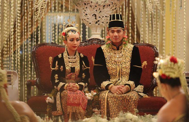 [Es la hija menor del Sultán Hamengkubuwono X, monarca del Sultanato de Yogyakarta, en Indonesia y su esposa, la sultana Gusti Kanjeng Ratu Hemas la pareja tiene 5 hijas. La novia es su hija menor y las ceremonias de la boda, de estilo Javanes, tuvieron lugar durante tres días. Primero los novios debieron solicitar el permiso a los padres de la novia]