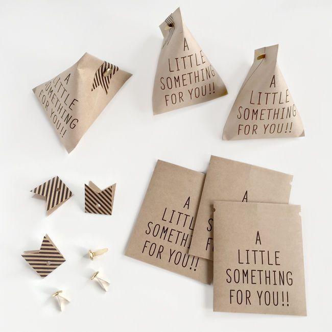 [A LITTLE SOMETHING FOR YOU!!] ちょっとした贈り物に。 カラーはホワイトとクラフトの2色。 しっかりとしたクラフト紙を使用していますので、 三角に組み立てて中にモノを入れても安心です。 両端の穴同士を合わせるようにして組み立てて下さい。 付属のストライプの帯で挟んで割りピンで封をします。 アクセサリーやキャンディなどを入れて配りたくなるサイズ感です。 ウェディングのプチギフト用としてもお使いいただけます。 ■サイズ:76mm x 64mm(組み立て前) ■枚数:6枚 ■おび:6枚 ■割りピン:6個 ■カラー:ホワイト/クラフト