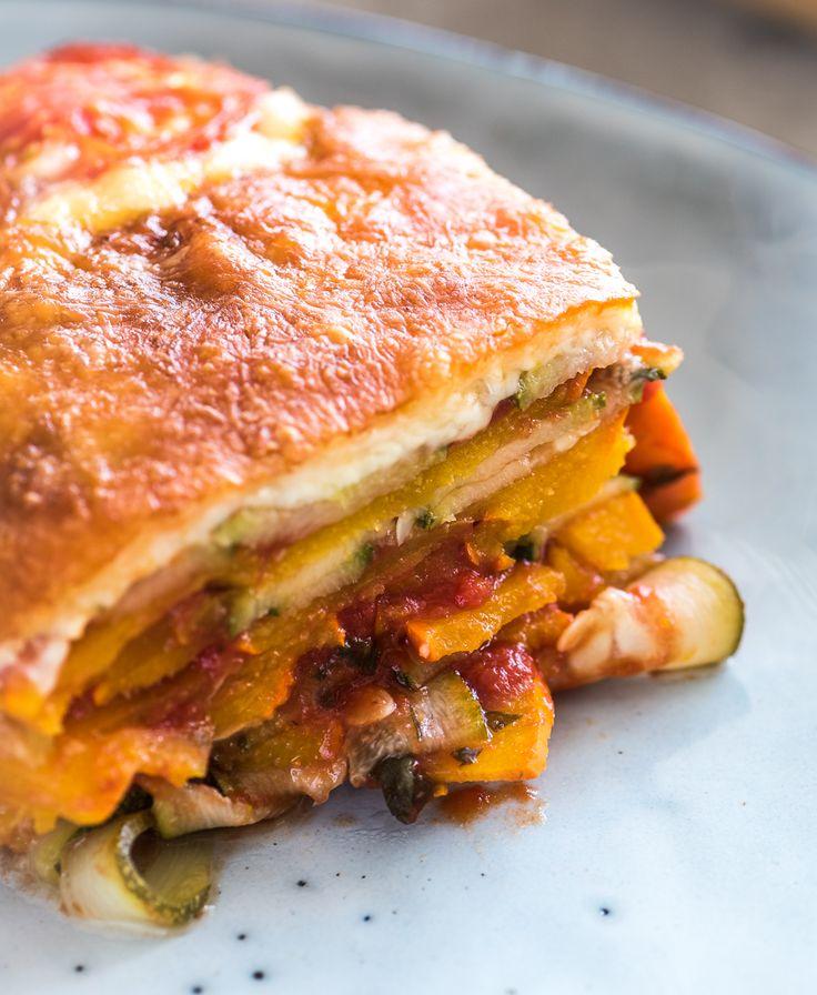 Bij deze lasagne van pompoen en courgette hebben we onze vingers afgelikt. Met maar weinig ingrediënten een zeer smakelijk gerecht bereiden vind ik het leukste wat er is. En dan is het ook nog eens super gezond. Ruim 500 gram groente per persoon voorzien je van een stevige portie gezondheid. Eet smakelijk alvast! Met deze...Lees verder