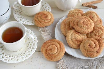 Il profumo della cannella mette subito di buon umore e non mi stanco mai di aggiungerla a qualsiasi dolce. Questi biscotti richiedono un pochino di la...