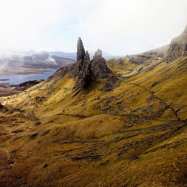 Balade au pied du plus fabuleux monolithe d'Ecosse, sur l'ile de Skye (qui a notamment servi de décor à l'introduction du film Prometheus). Magnifique, superbe, nimbé de brume et jouant à cache-cache avec le soleil. Une perle naturelle à quelques centaines de kilomètres de la France. C'est d'ailleurs toute l'ile de Skye qui est magnifique (Nest point, the Quiraing walk, le tranquille village de Portree, etc.). #scotland #isleofskye #skye #storr #theoldmanofstorr #oldmanofstorr…