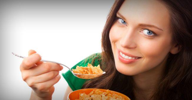 Para disminuir los niveles elevados de colesterol y mantenerlos en una medida adecuada, el primer paso es seguir una dieta correcta. Las recomendaciones generales para una dieta de control del colesterol, son igualmente útiles para cualquier persona que desee iniciar una dieta saludable aunque sus niveles de colesterol sean normales. Para una dieta balanceada lleve a cabo los siguientes pasos: 1. Reduce el consumo de grasas en general a no más de un 30% de las calorías totales de la dieta…