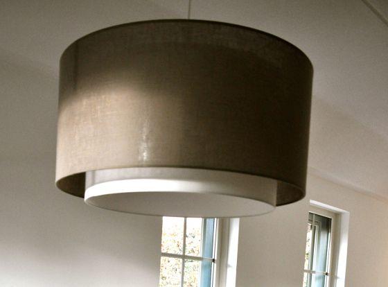 Taupekleurige hanglamp boven eettafel via www.stijlidee.nl