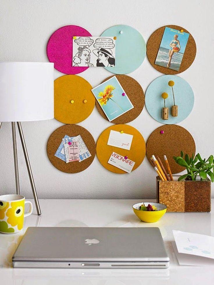 tableau liège et ronds jaunes, bleus et rose fushia