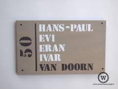 Afbeeldingsresultaat voor naambordje voordeur steigerhout