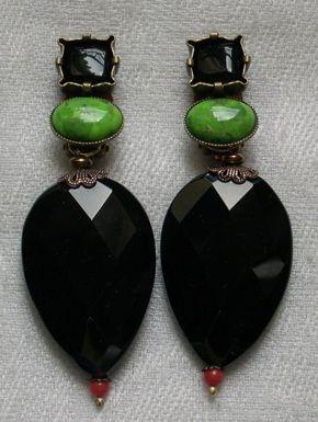 """Boucles d'oreille clip. """" JACQUELINE """" bambou de mer teinté, agate noire, turquoise verte du Mexique."""