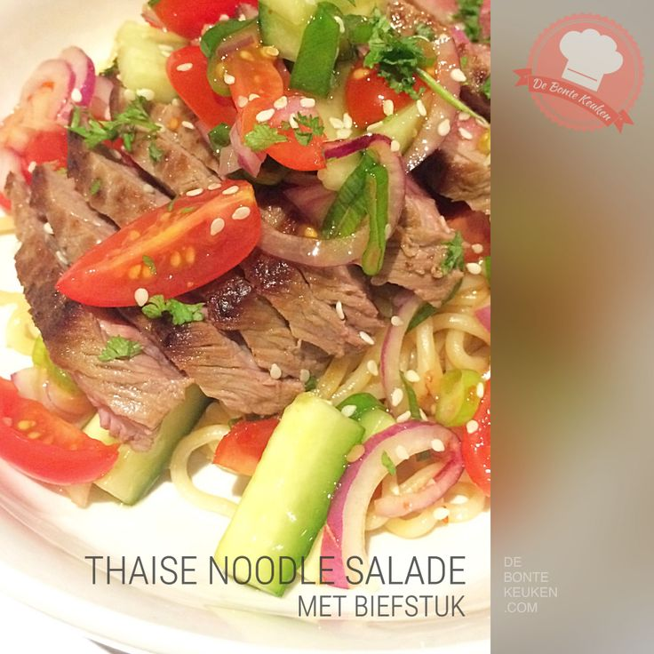 DeBonteKeuken: Thaise noodle salade Deze heerlijke makkelijke maaltijd staat binnen 15 minuten op tafel! Snel uitproberen... (noodles, biefstuk, vlees, rund, ui, bos ui, cherrytomaatjes, komkommer, chilisaus, citroensap, verse kruiden, munt, koriander, limoen, makkelijk, simpel, recept)