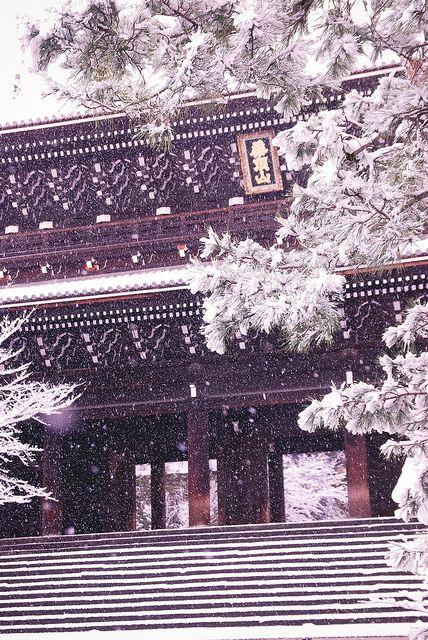 Sanmon gate in snow at Chion-in temple, Kyoto, Japan (National Treasure of Japan) 知恩院 三門 国宝