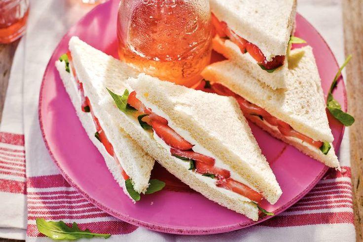 Verrassing in de broodtrommel: sandwich aardbei, mascarpone en rucola - Recept - Allerhande