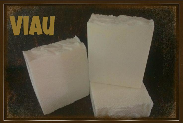 Ref-005 LAUNDRY SOAP STAIN REMOVER  Jabón elaborado bajo el método de saponificación en frió. Utilícelo para remover manchas como: mostaza, chocolate, blueberry, cola, aceite, grasa de carnes, maquillaje, sangre, pasto, barro o para remover las manchas de sudor, collar de las camisas o mangas de camisas. Remoje el área y frote la barra de jabón para remover la mancha, enjuague con abundante agua. No contiene fragancia.