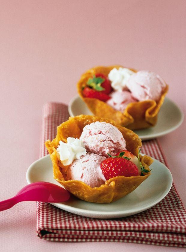 Cestini di mandorle con gelato di fragole