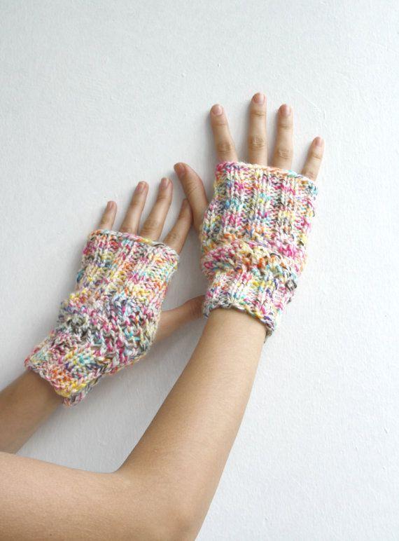 Diese Handschuhe ist gemütlich und stilvoll. Es s sehr weich und warm. Für warmen set https://www.etsy.com/listing/109930239/free-shipping-handmade-warm-set-colorful Wenn Sie eine bestimmte Farbe und Ihre Größe interessiert sind, lassen Sie mich wissen. Perfekt für sich selbst oder als