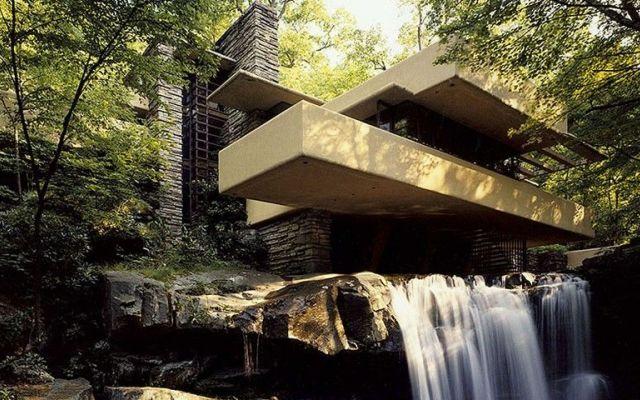 """Frank Lloyd Wright - casa Fallingwater (casa sulla cascata) Quest'architettura (definita dal suo autore """"architettura organica"""") promuove un'armonia tra genere umano e natura, la creazione di un nuovo sistema in equilibrio tra l'ambiente costruito e l'ambient #cascata #wright #architettura #organica"""