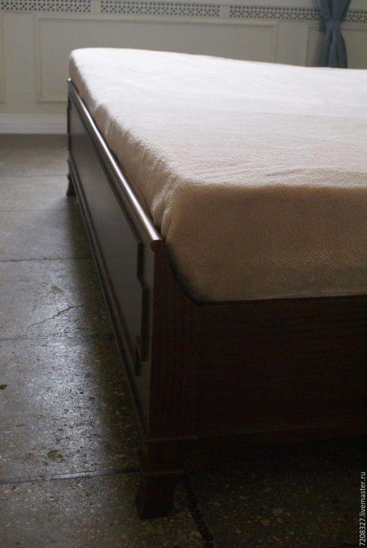 Кровать из массива африканского ореха. Это дерево считается ценным, благодаря его характеристикам и внешнему виду.  Высокое лаконичное изголовье, в сочетании с обивкой из натуральной кожи, придает кр