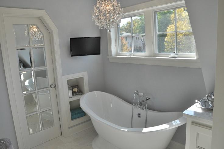 Small master bathroom; change door? Nice tub