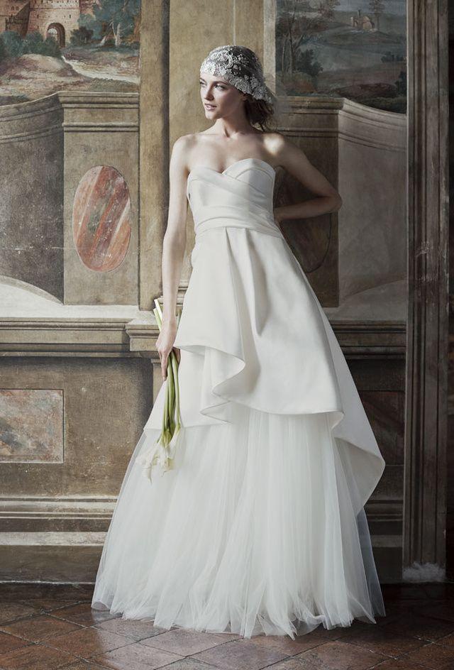 Pressée par la demande accrue de sa clientèle, Alberta Ferretti  lançait en 2014, sa propre ligne de robes de mariée.  Ce printemps, la créatrice italienne dévoile une nouvelle collection 'Forever 2016', faisant la part belle aux silhouettes aériennes un brin bohème. Soit des modèles romantiques, réalisées en matières précieuses qui donnent simplement envie de dire 'oui'. Rencontre.