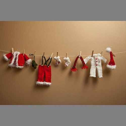 62 Ways to Decorate for Christmas: Santa Clothesline