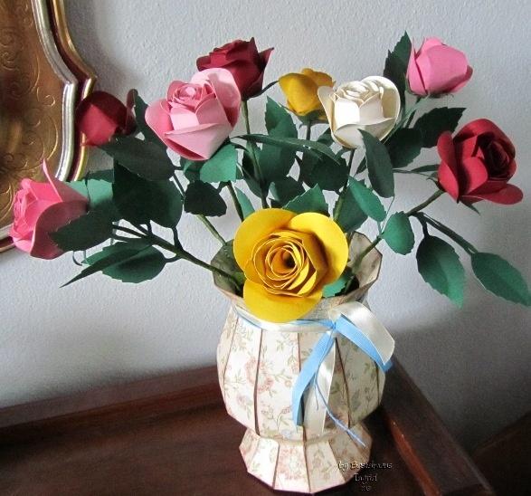 Rosen und vase aus papier von mir gemacht.datei von #svgcuts   www.bastelmaus-ist-kreativ.blogspot.it