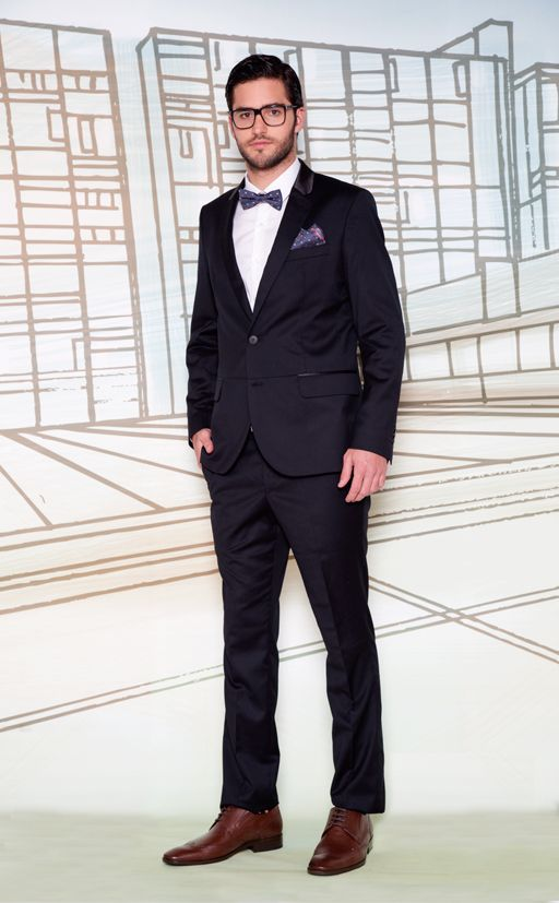 Saco de terno con cuello satinado OMSA0024 - Pantalón de terno OMPA0024 - Camisa de vestir cuello paloma OMCL0135 - Conjunto corbata michi + pañuelo en microfibra OMAM0014 - Zapatos de vestir OMZC0012