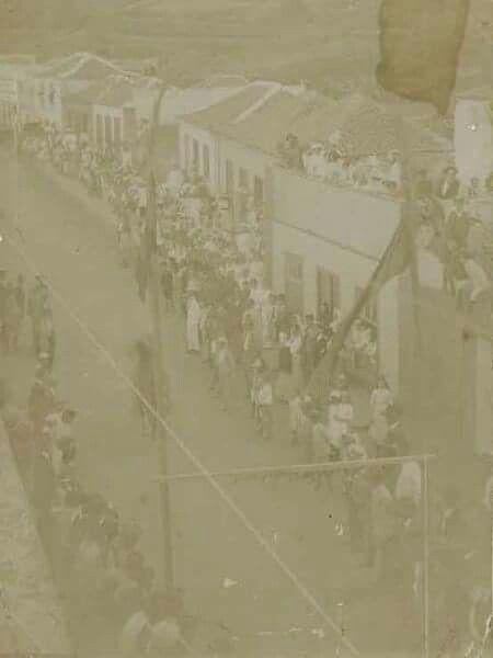 [Carrera de Cintas a Caballo. El Calvario. Icod de los Vinos.] Centro de Fotografia Isla de Tenerife Autor desconocido  Tema:  Equitación - Carreras de caballos - Calles  Fecha:  1910