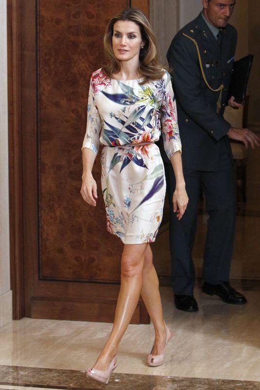 La princesa Letizia abandonó sus habituales tonos neutros para lucir este veraniego vestido con manga francesa y estampado floral en tonos azules y rosas.