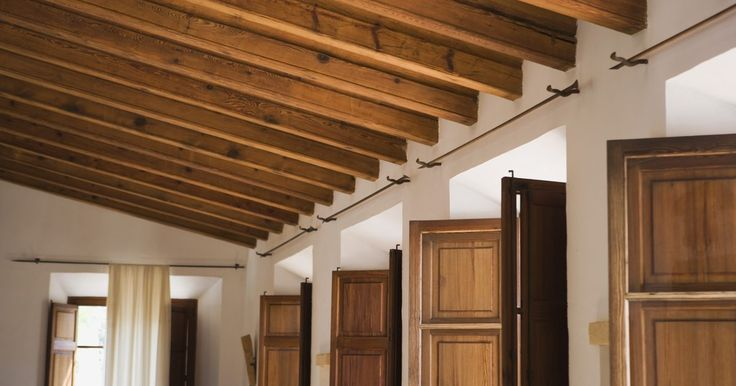 Cómo decorar una habitación con techo de madera. No hay nada mejor para lograr una apariencia rica y tradicional, que un techo de madera. Ya sea que tengas simples tablones o vigas, un techo de madera es un bello acento arquitectónico que siempre añade interés a tu espacio. Al diseñar tomando en cuenta este tipo de detalles, es vital equilibrar la madera con el uso de colores claros para que la ...