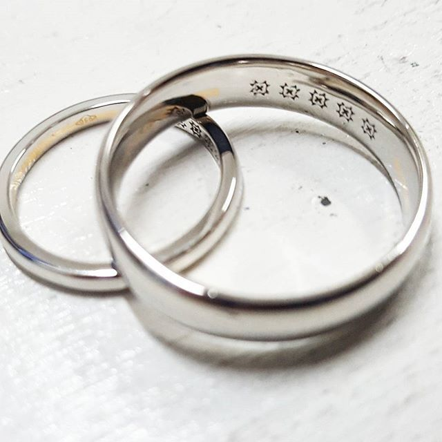 Platinum wedding rings with an embossed pattern and 22ct yellow gold fused inside the rings. The lovely couple wanted to incorporate a 22ct gold ring they had received from a grandmother into both rings. The solution we decided on was to have the gold fused inside a channel on the inside of the rings. 22ct gold has a lower melting point than platinum (around 800°C less), so we used that to our advantage and fused the gold in place. These rings were modelled in 3D using CAD to ensure the…