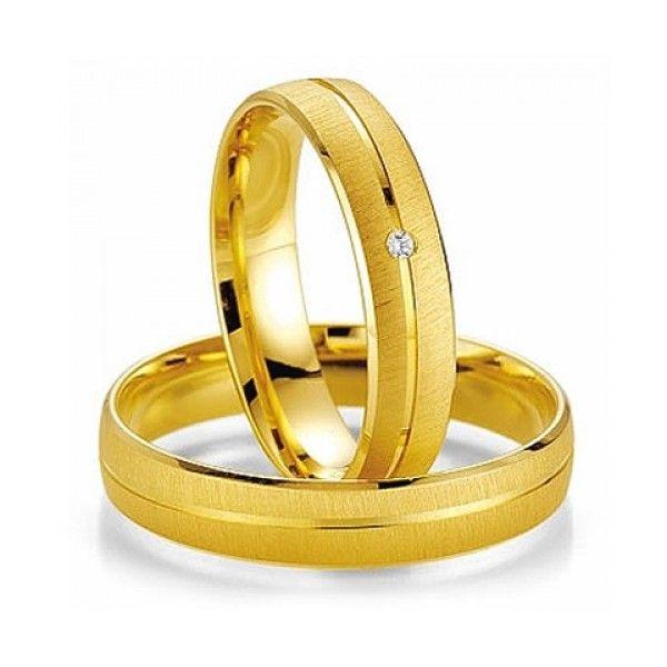 Modelo Recife em ouro amarelo e friso central e diamante discreto na aliança da mulher.  http://www.oliverjoias.com.br/aliancas-anatomicas/alianca-de-ouro-casamento-e-noivado-recife-540.html
