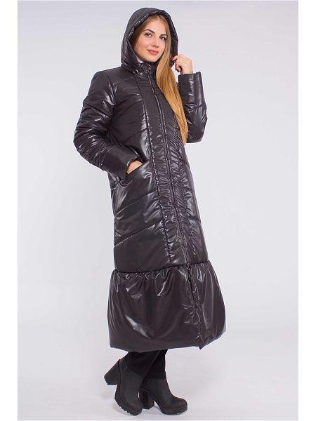 Ультрастильная куртка привлекает комбинацией простежки (горизонтальной и вертикальной), создающей актуальную фактуру. Спереди практичная молния, карманы на молнии в рельефных швах, воротник-стойка и капюшон которые защитят от ветра и холода. Стильная деталь: притачная широкая оборка по низу.