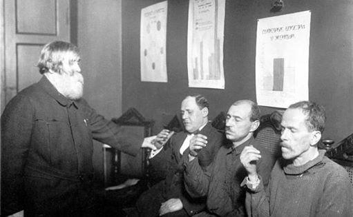 Русский психиатр В. М. Бехтерев лечит алкоголизм гипнозом, 1927 год, Ленинград, СССР.