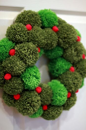 グリーンのポンポンをリース状につなげたクリスマスリース。ふわふわの緑がとってもかわいらしいリースです。