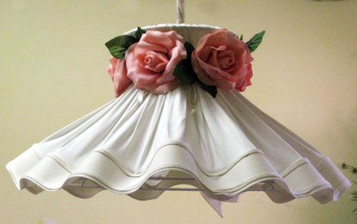 Chandelier made of pure cotton, with a garland of roses in removable fabric.  Structure hand washable.  Dimensions: diameter 40 x height 40 cm.