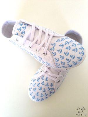 DIY zapatillas decoradas con sellos y tinta