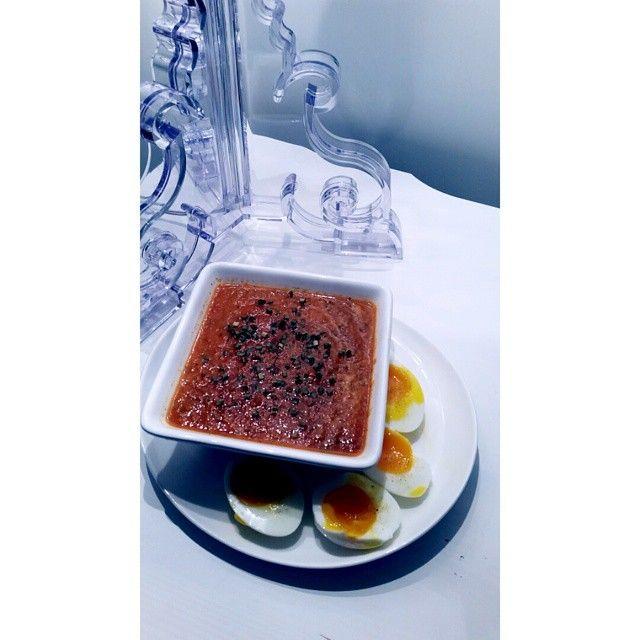 Restesuppe med egg I dag ble det suppe til middag, hadde så mye rester av grønnsaker (gulrot, squash, paprika, løk, spinat og litt kikerter) så da var greit å slenge alt sammen i en gryte med hakkede tomater, litt tomatpuré, litt vann, buljong og litt kokosmelk. #soup #suppe #suppeno #middagstips #matprat #shapeupnorge #middag #Padgram