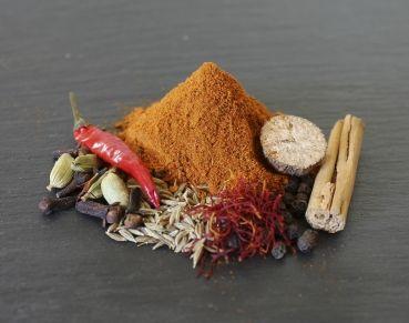 Tandoori Masala, fühlt sich an wie in Indien, intensive Gewürzmischung. Zutaten: Kurkuma, Cayenne, Paprika edelsüss, Paprika rosenscharf, Kardamom grün, Kreuzkümmel, schwarzer Pfeffer, Koriander, Chiliflocken, Safran, Zimt, Muskatnuss, Lorbeer, Muskatblüte, Nelken #tandoori #bbq #freshfoods #delish #indiancuisine #indianfood #food #foodphotography #restoindiexpress #cuisine #indian #tandoorioven #mtlcuisine #restaurant #taste #colour #cook #tandoorichicken #spice #chicken